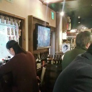 盛岡酒場ニッカツで一人飲みする女性